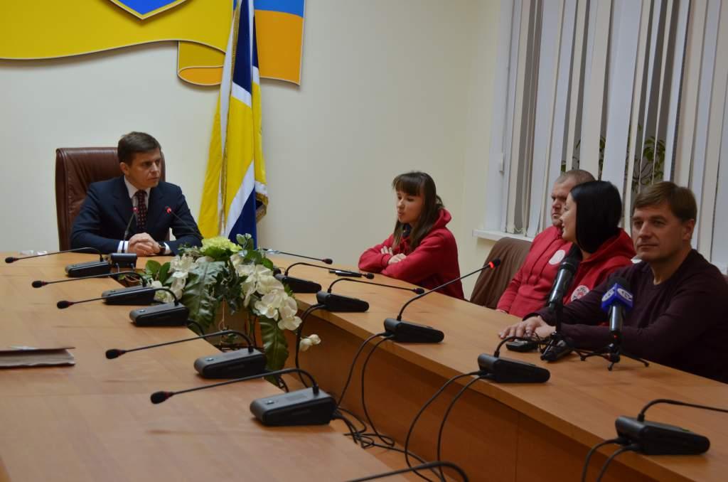 """Представники міської влади та благодійники зустрілися з волонтерами фонду """"4 лапи"""" та подякували за допомогу"""